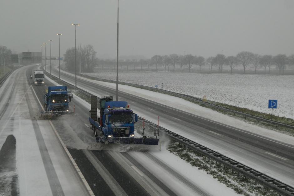 Sneeuw schuiven op A2 te Echt.
