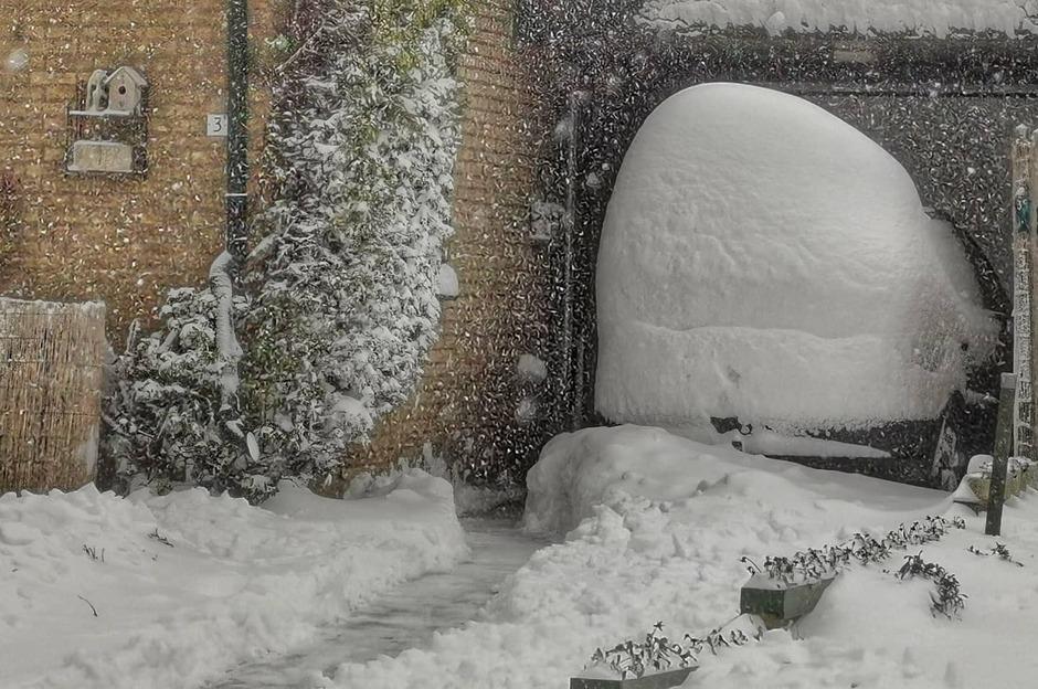 Zoek de auto hihi. Stuifsneeuw