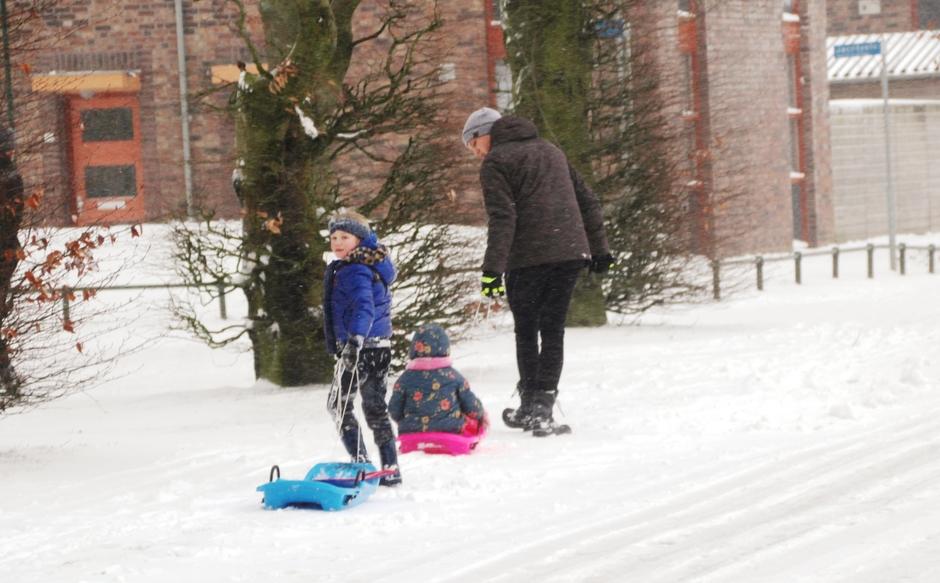 Kinderen genieten in de sneeuw