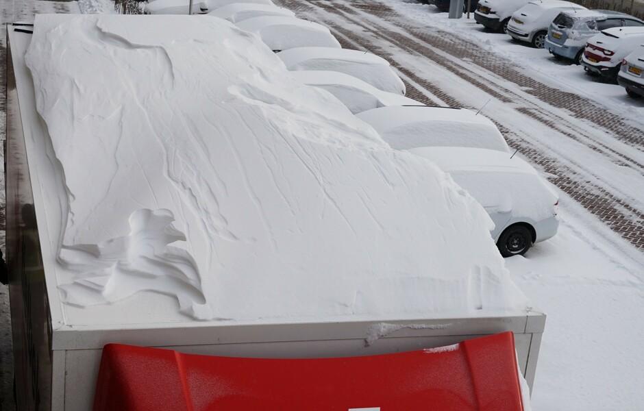 Sneeuwduin op vrachtauto