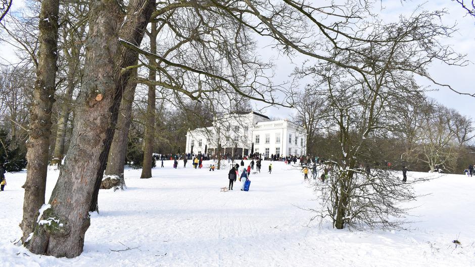 Sneeuwpret bij het sonsbeekpark in Arnhem
