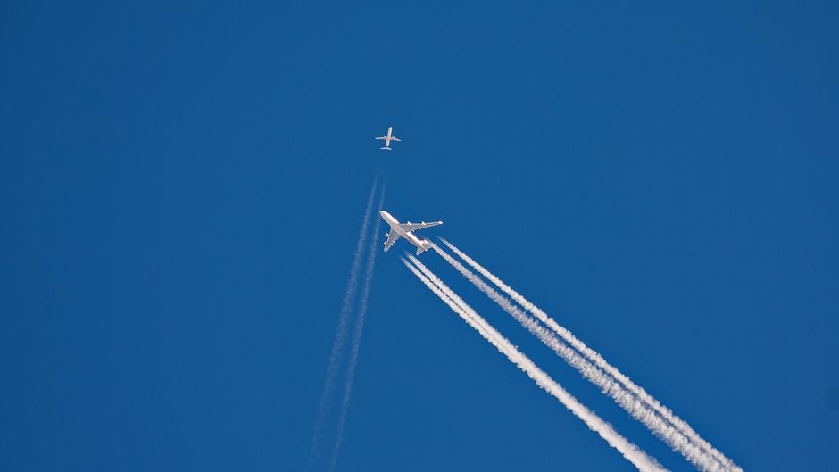 Kruisen van 2 vliegtuigen tijdens onbewolkt weer op 10 km hoogte