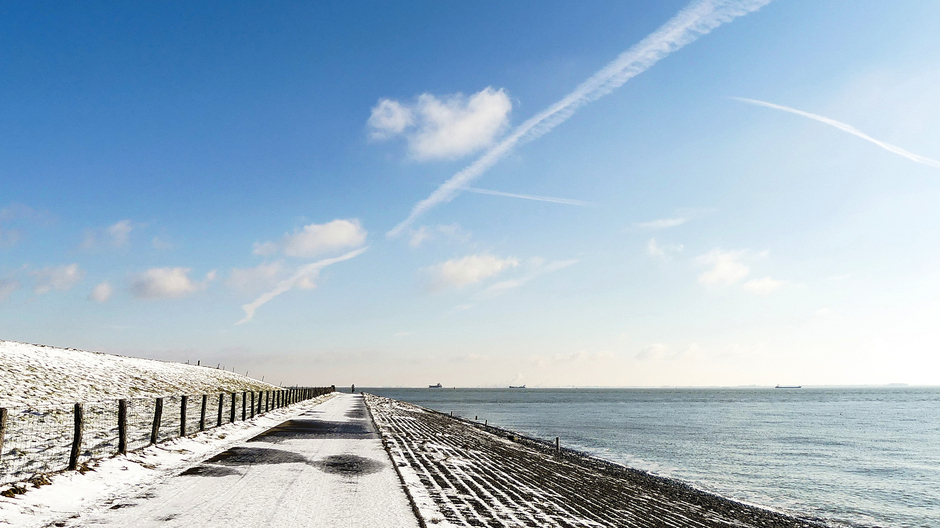 Zonnige winterdag licht ijsblauwelucht wolkjes