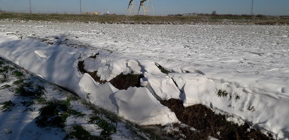 Sneeuwduinen langs de berm breken af