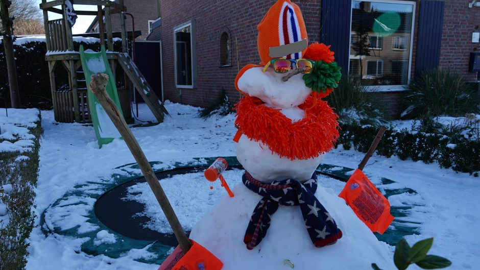 Feestelijke sneeuwpop