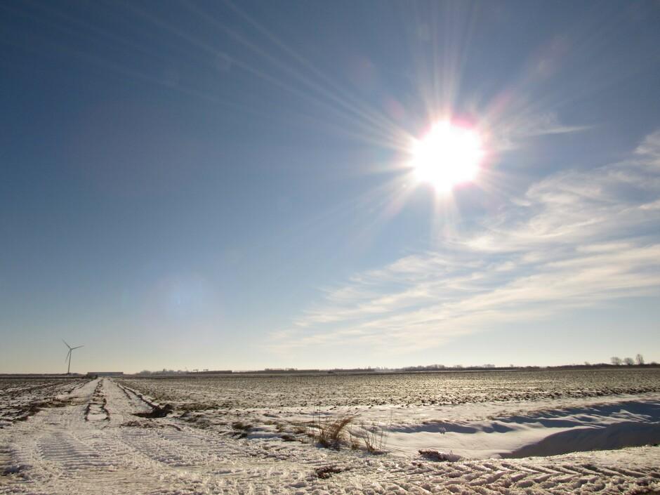 Stralende zon, sneeuw en lichte sluierbewolking, -2,5 graden