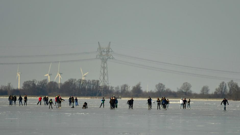 Schaatsers op het Veluwemeer