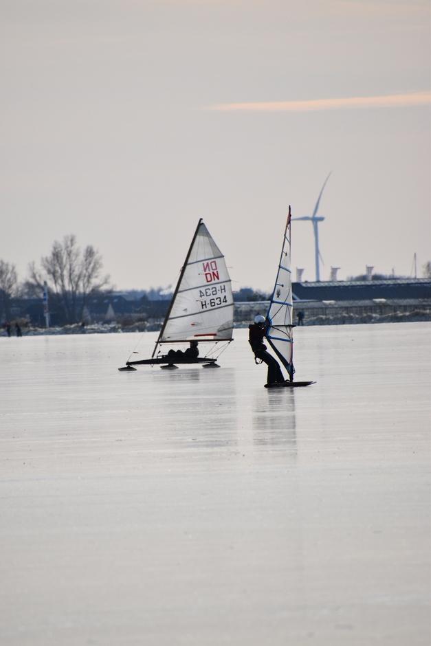 Surfen,  zeilen en schaatsen op de Braassem.