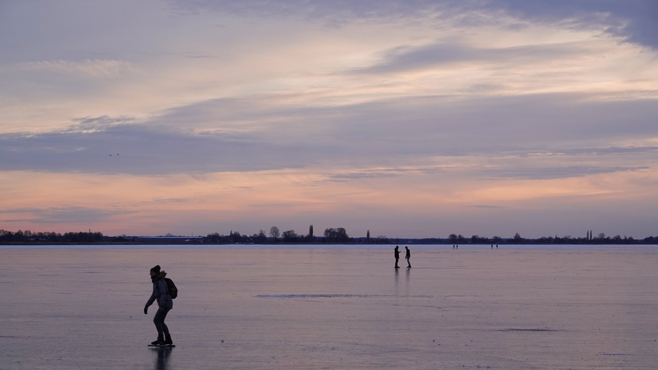 De laatste schaatsers op het ijs