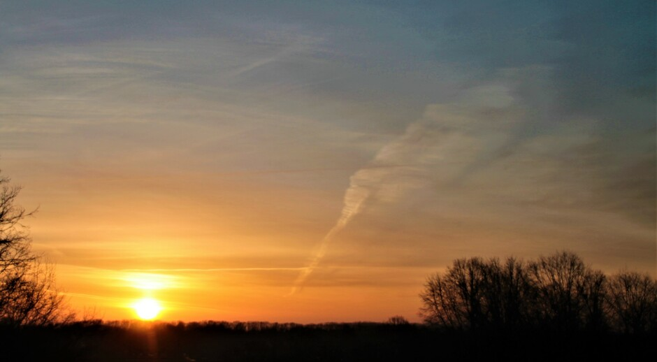 licht gesluierde zonsopkomst  en fris met 3 graden