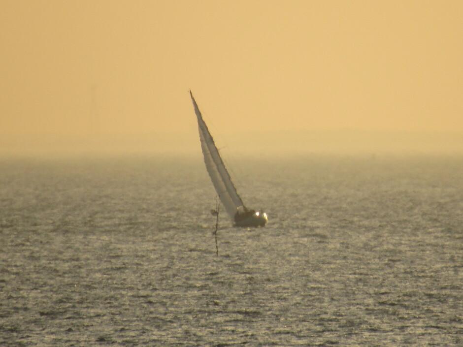 Heel in de verte tijdens zonsopkomst zag ik al een zeilboot op de Oosterschelde, het was toen rond 8.15 uur brrrr