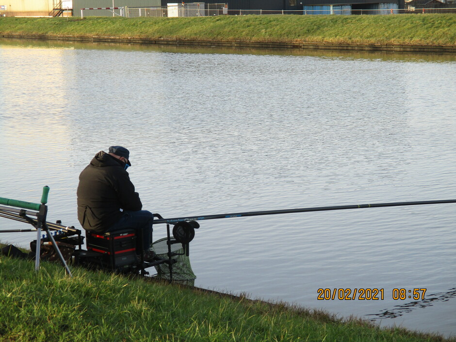 Eenzaam en alleen aan het vissen