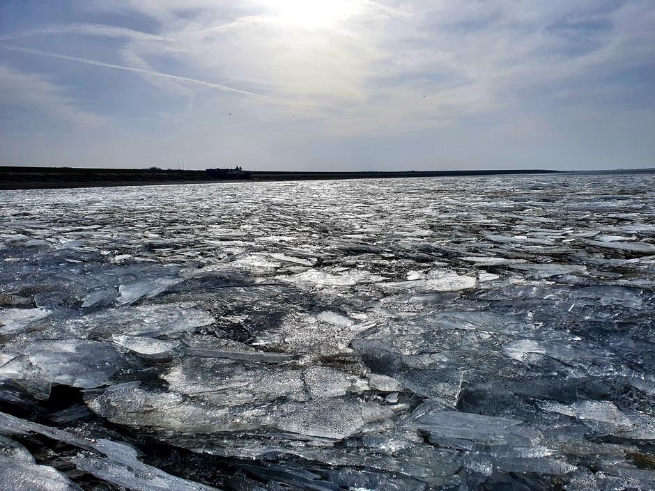 Strand ligt vol kruiend ijs