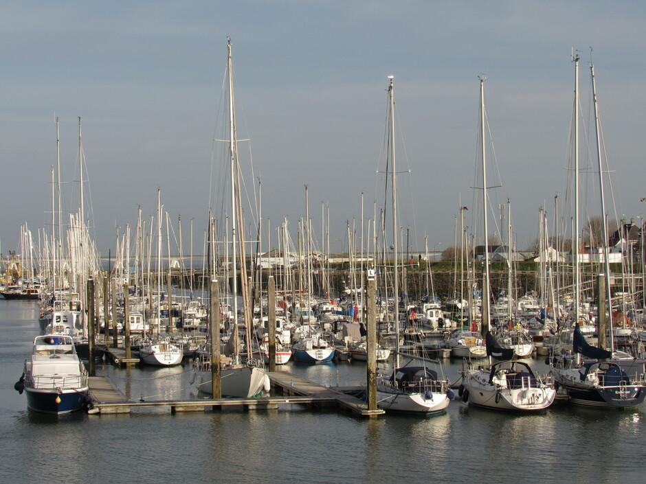 Jachthaven van Colijnsplaat, de bootjes zullen al snel gaan varen met dit lente-achtige weer, 16,5 graden