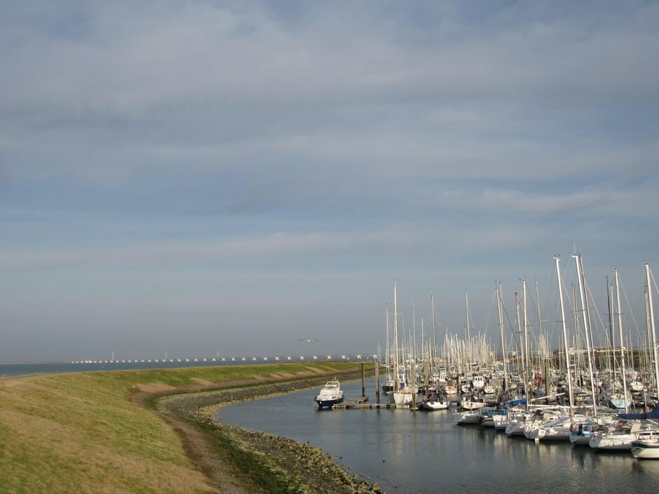 Voorjaarsachtig vandaag, ik rook de zee, heerlijk! Colijnsplaat jachthaven en Zeelandbrug