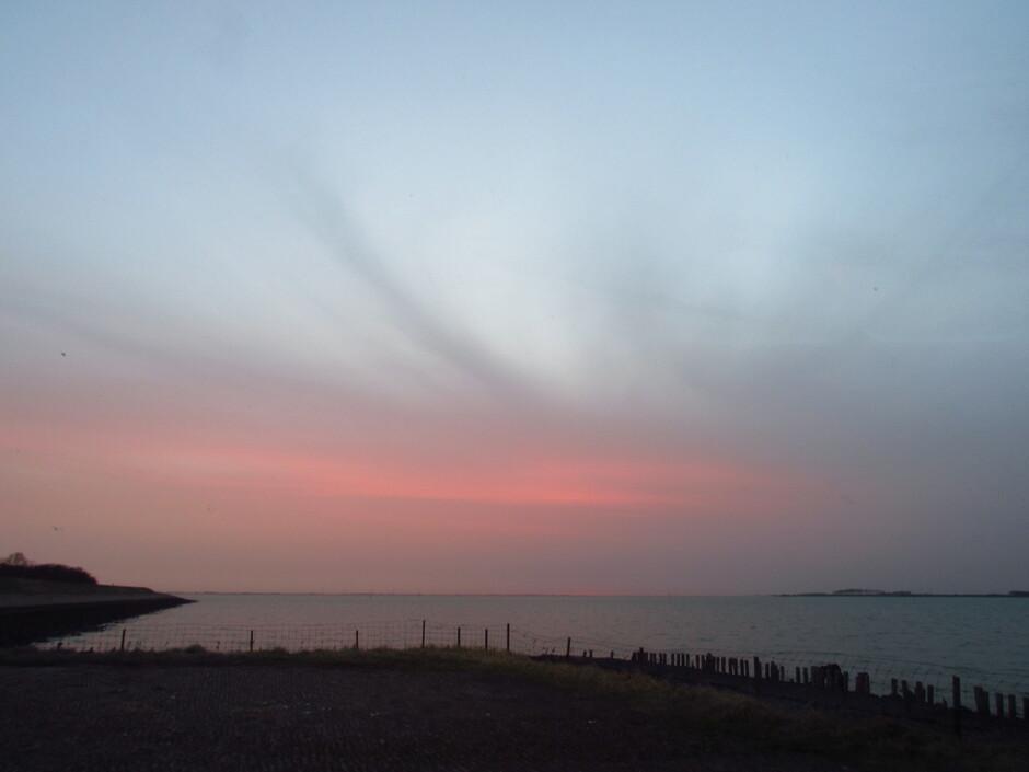Vanmorgen rond 7.44 uur zonsopkomsttijd was dit te zien in Kats aan de Oosterschelde, geen zon