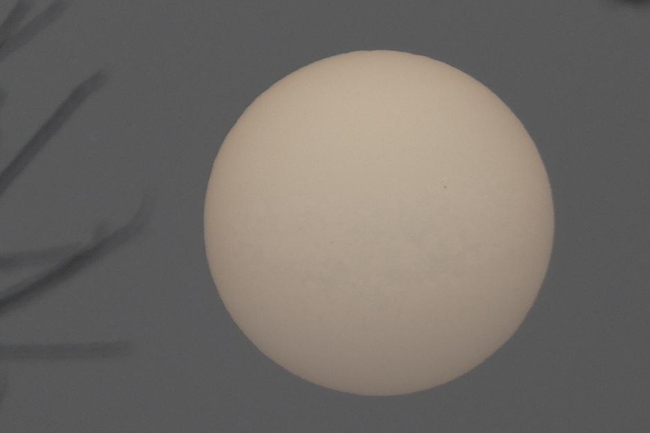 Zon leek net een Opalen bol door het Saharazand