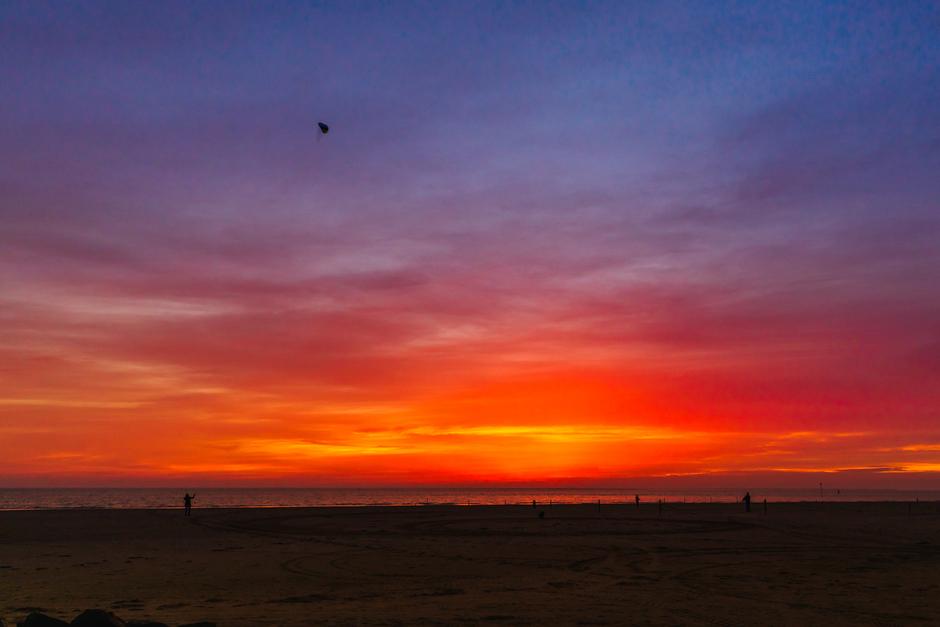 zonsondergang met prachtige kleuren op het strand