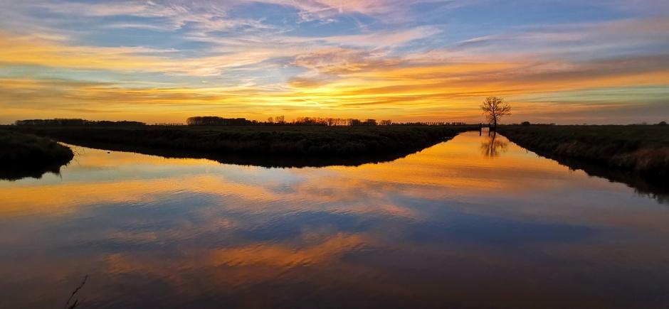 Kleurrijke zonsondergang over de polder