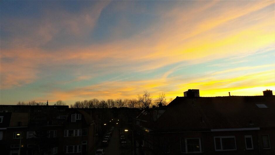 De lucht (en de maan) tussen 17.30 uur en 18.30 uur bij 16 graden in Breda, dag zon, graag tot morgen !