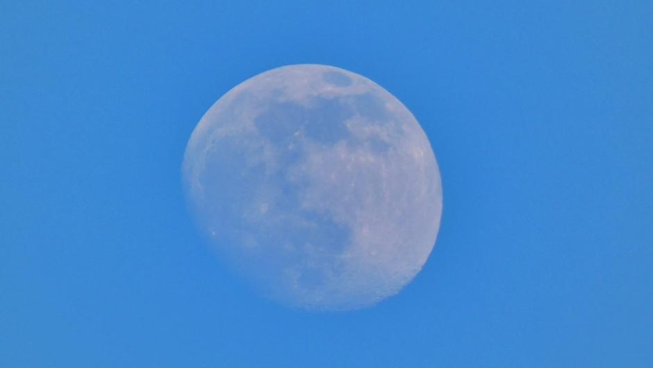 91% wassende maan tegen een strak blauwe lucht
