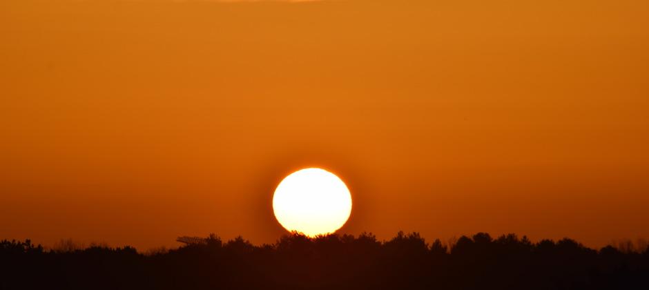 zonsopkomst aan zee