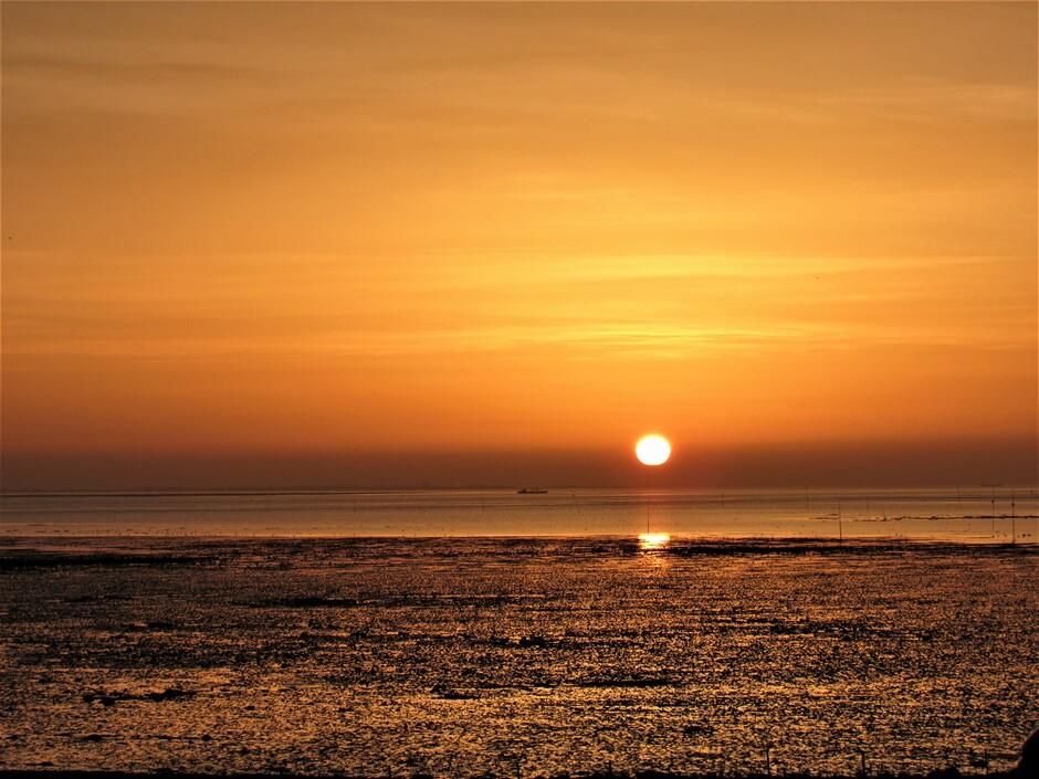 Oranje, fraaie zonsopkomst vanmorgen aan de Oosterschelde in Kats, het was eb dus prachtige weerschijn op de droge zeebodem