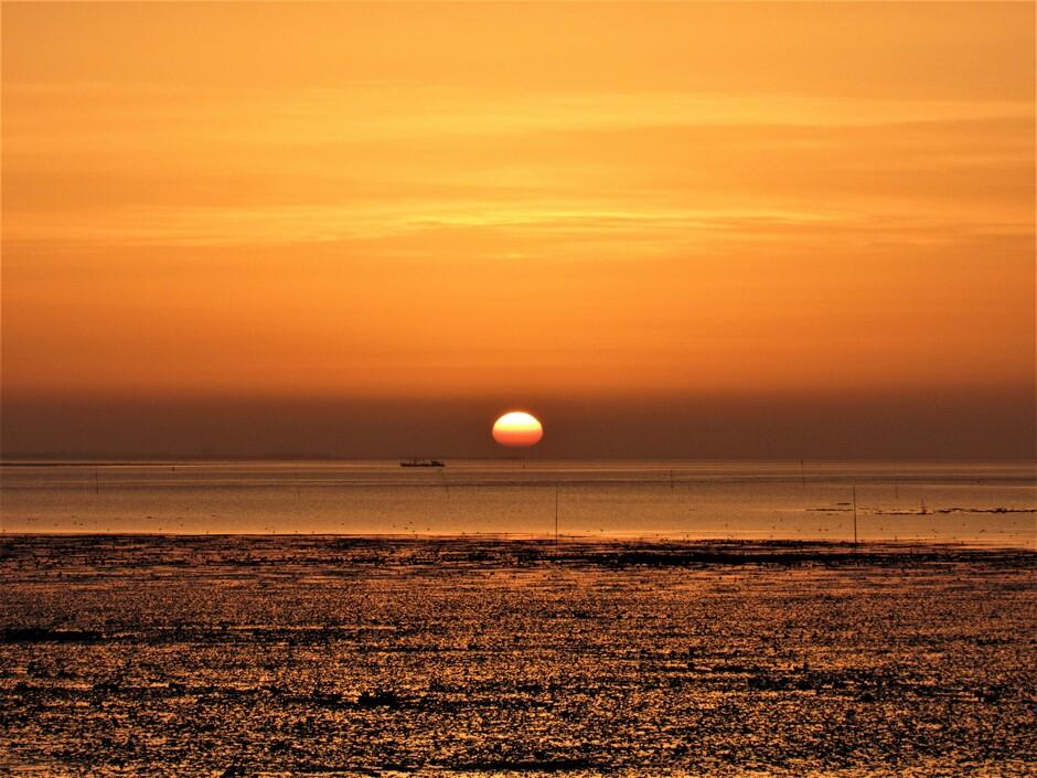 Prachtige oranje zonsopkomst aan de Oosterschelde waar het eb was, prachtig!