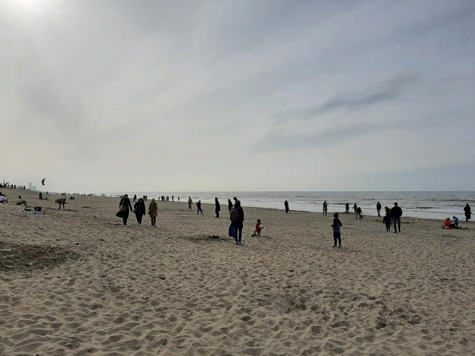 Gezellig druk op het strand vanwege voorjaarsvakantie