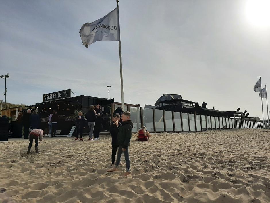 Drukte bij de strandkiosk