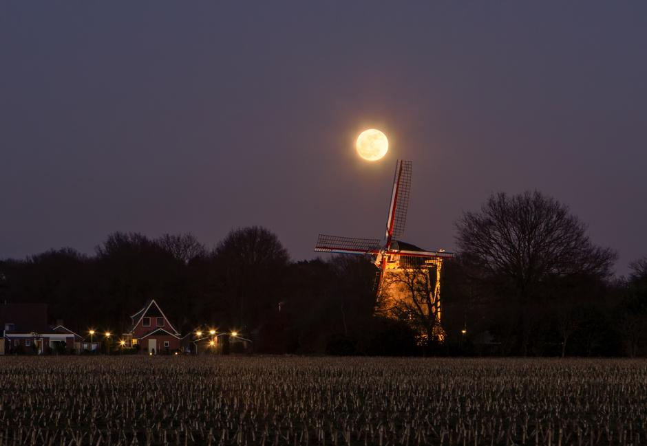 De maan laat zich nog even zien.