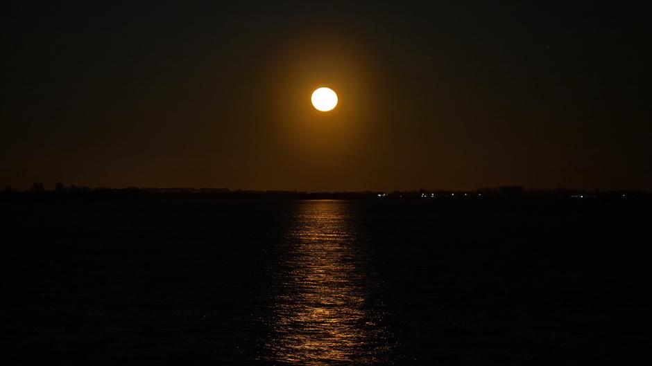 Maan boven het Haringvliet Zuid Holland