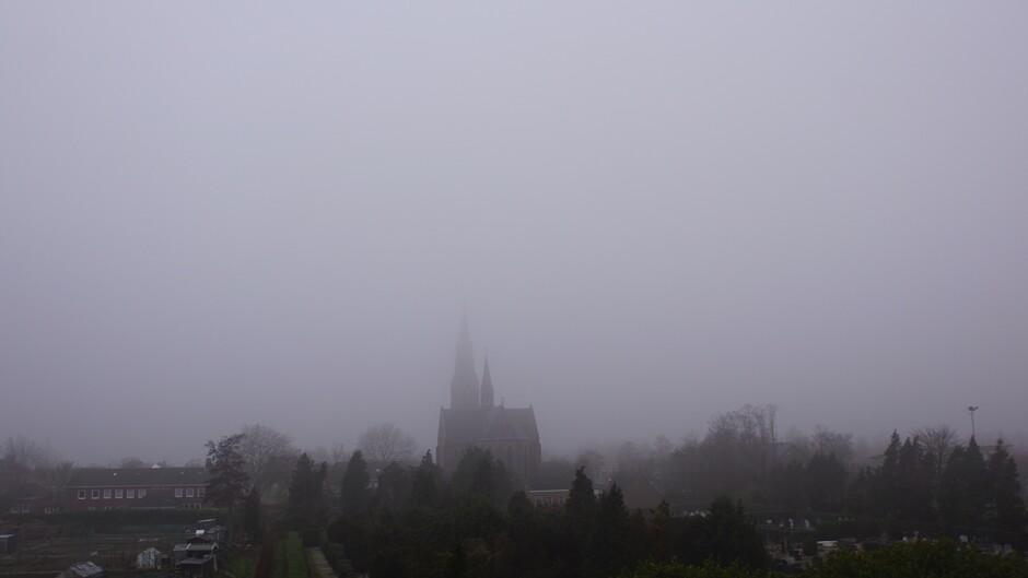 grijs en mistig weer 4 gr kerktoren punt in de mist