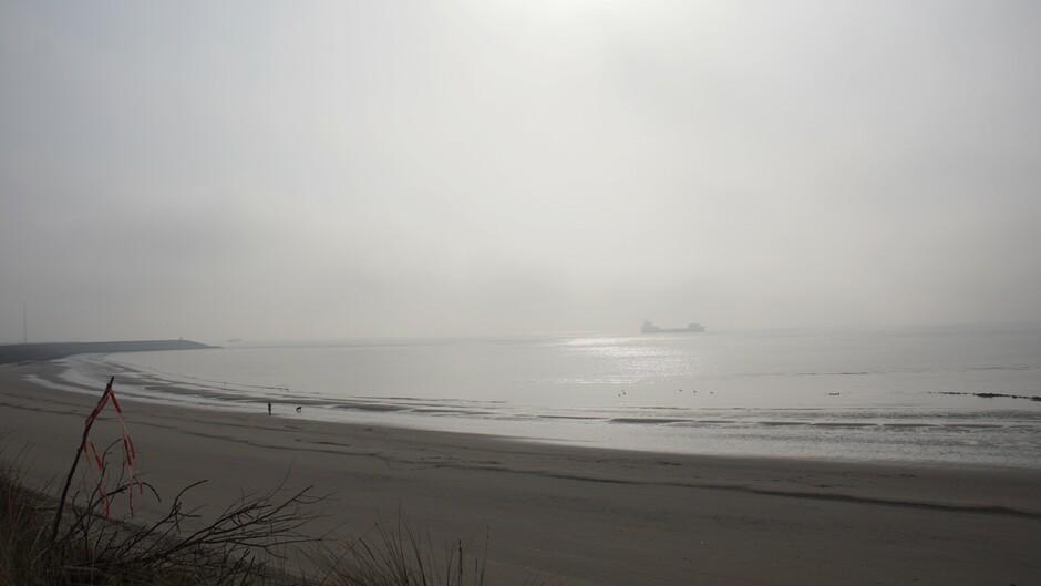 grijs en mistig op de Westerschelde 6 gr iets zon