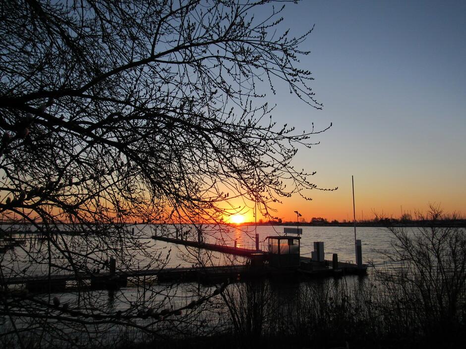 Mooie zonsopkomst aan het Veerse Meer bij de jachthaven, dit is in Kortgene, het was 2 graden om 7.21 uur, Brrr