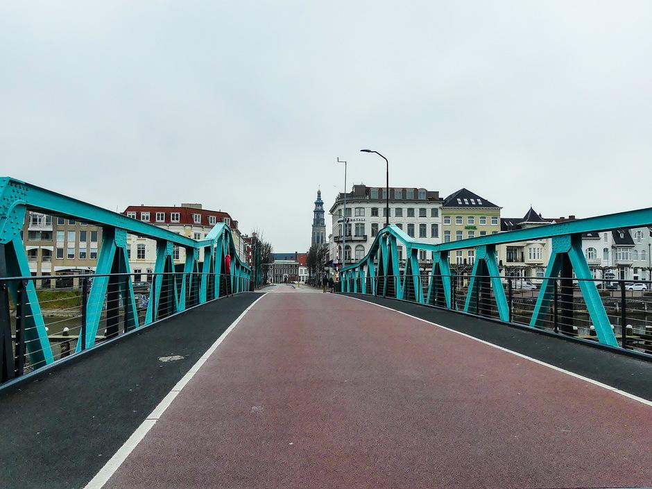 Grijs druilerig kleur van de brug