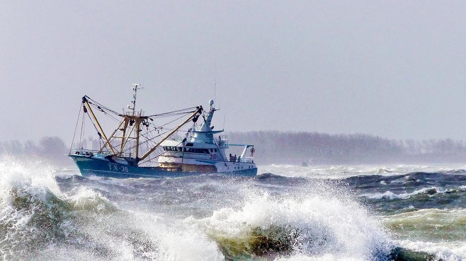 Zuidwesterstorm vissersboot woeste golven