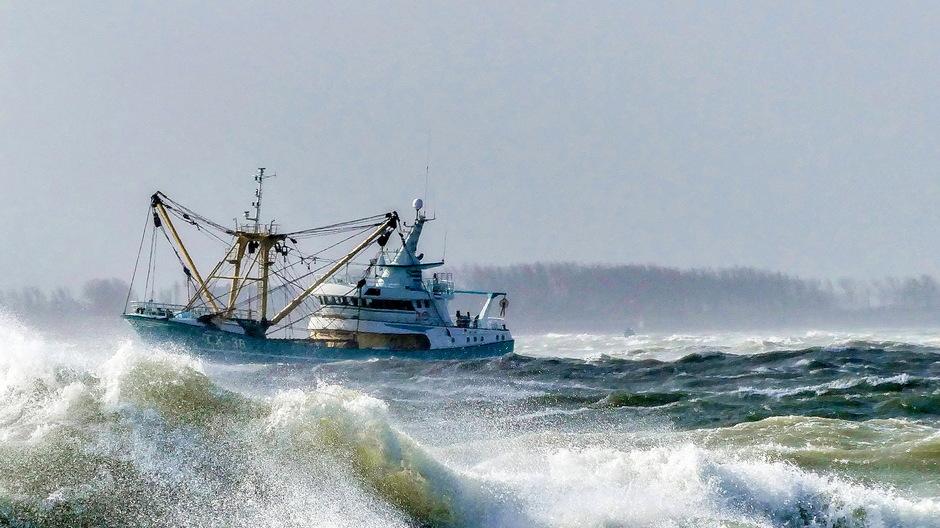 Zuidwesterstorm vissersboot woestegolven