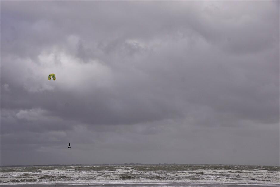 bewolkt 8 gr stormachtig weer op de Westerschelde prima voor de surfers