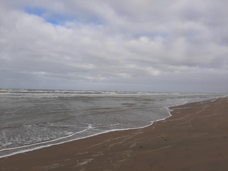 Veel bewolking en wind aan de kust