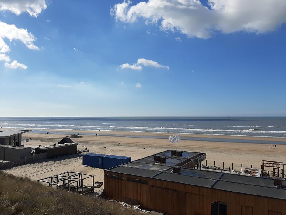 Paar wolkjes bij de kust