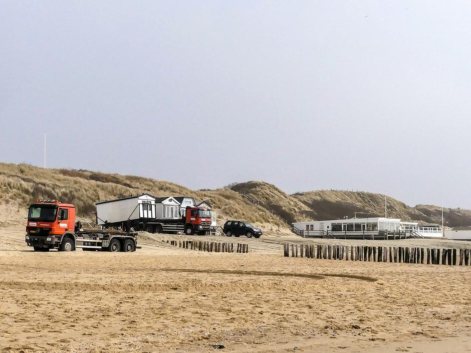 Grijs en rustig weer / strandhuisjes