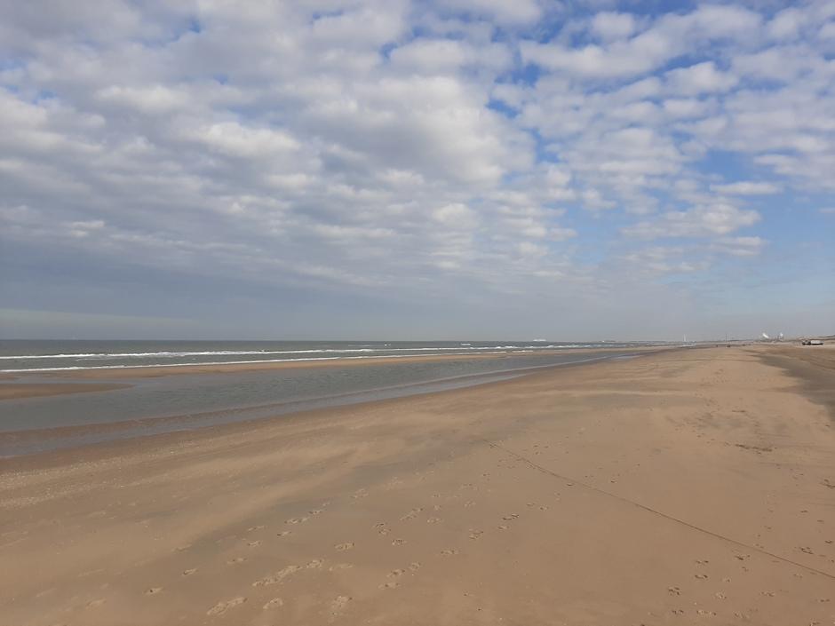 Wat kleine wolkjes bij de kust