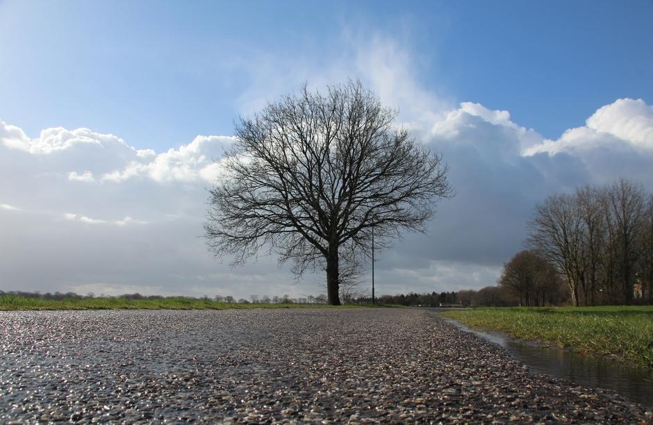 Wisselvallig,  met wolken,  regen en zon.