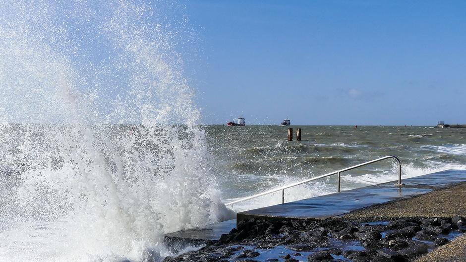 Spectaculaire overslaande golven