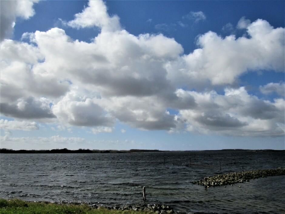 Bewolkt en een straffe koude wind aan het Veerse Meer bij Geersdijk