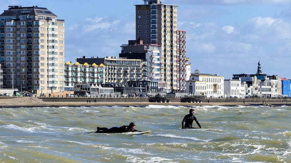 Woelige zee krachtigewind golfsurfers