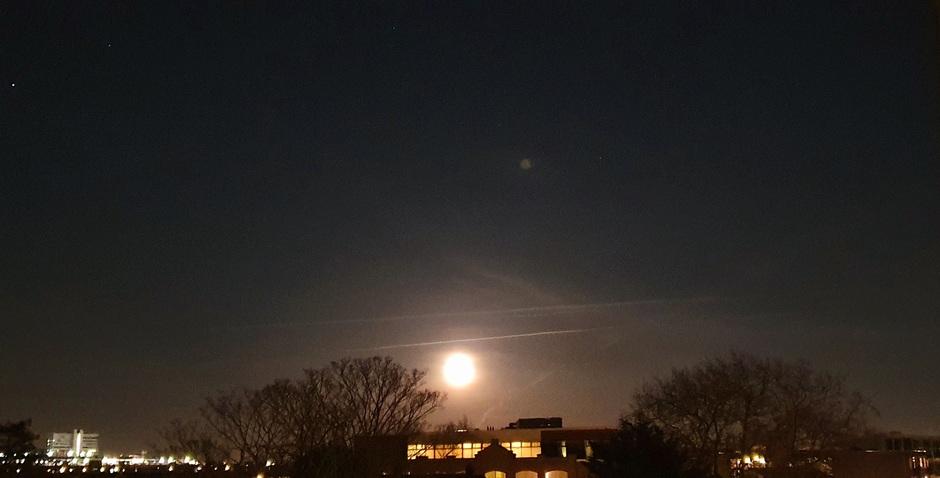 De rijzende Maan.