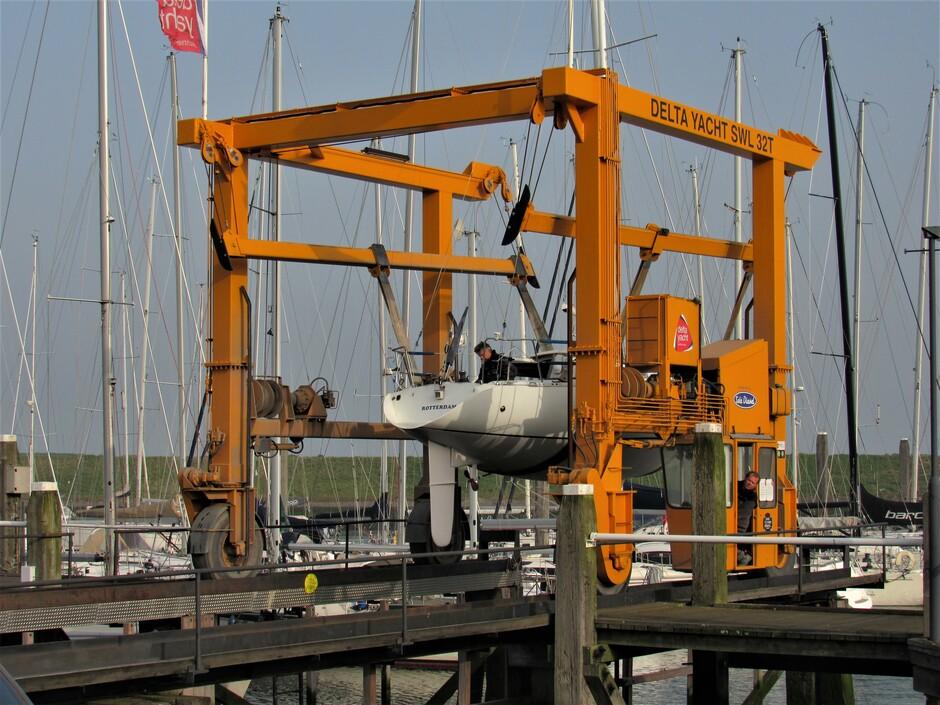 De de jachthaven in Colijnsplaat worden de zeilboten te water gelaten, hopelijk kunnen ze met de Paasdagen al gaan genieten op die prachtige Oosterschelde