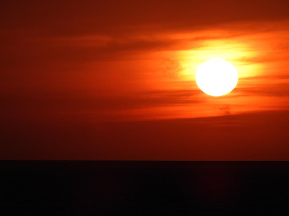 Zonsondergang na bewolkte dag